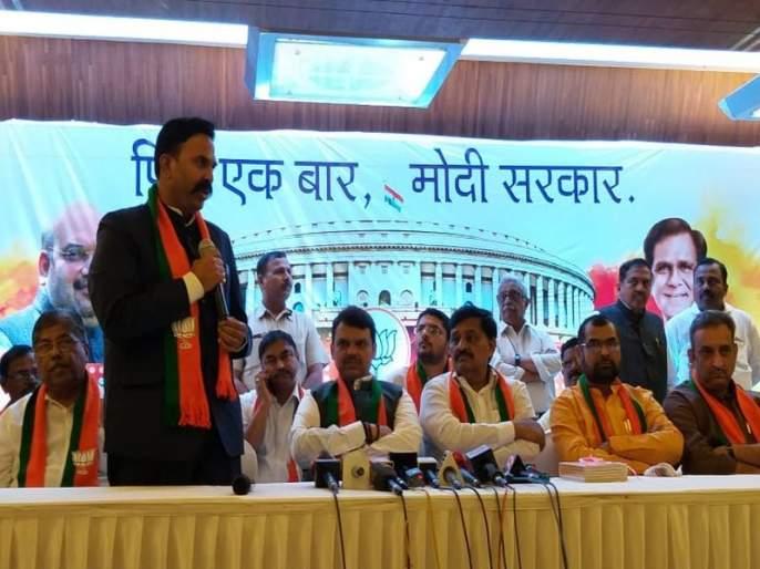Another blow to Congress, entry of Ranjitsinh's naik nimbalkar in BJP from Satara | काँग्रेसला आणखी एक धक्का, सातारच्या रणजितसिंहांचा भाजपात प्रवेश