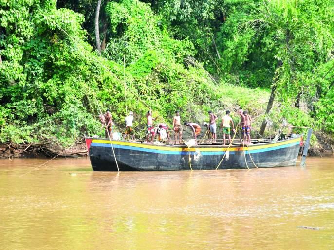 Curly bridge safety threatened, illegal sand looting | कर्ली पुलाची सुरक्षितता धोक्यात, बेकायदा वाळूची लूट