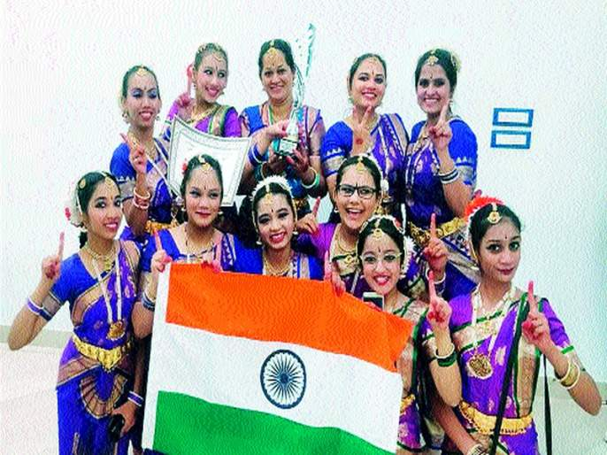 Bharataanatyam's girls dressed in Italy, Tricolor   भरतनाट्यमच्या विद्यार्थिनींनी इटलीत फडकविला तिरंगा