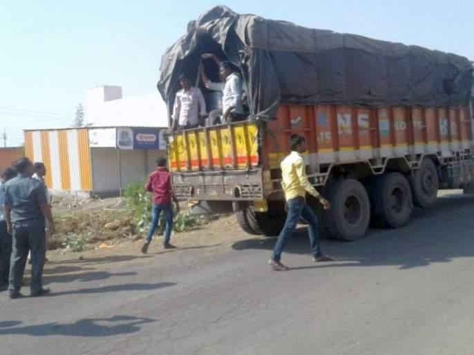EVM machine in Yavatmal district fell into the truck | यवतमाळ जिल्ह्यात ईव्हीएम मशीन ट्रकमधून पडली