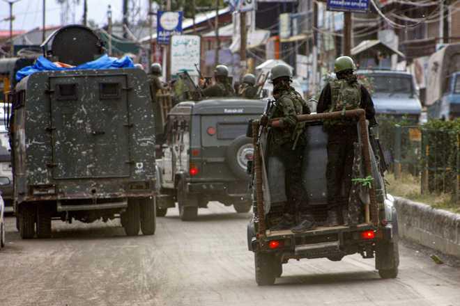 Exchange of fire underway between security forces & terrorists in Anantnag. | Jammu And Kashmir : अनंतनाग परिसरात सुरक्षा यंत्रणा आणि दहशतवाद्यांमध्ये चकमक