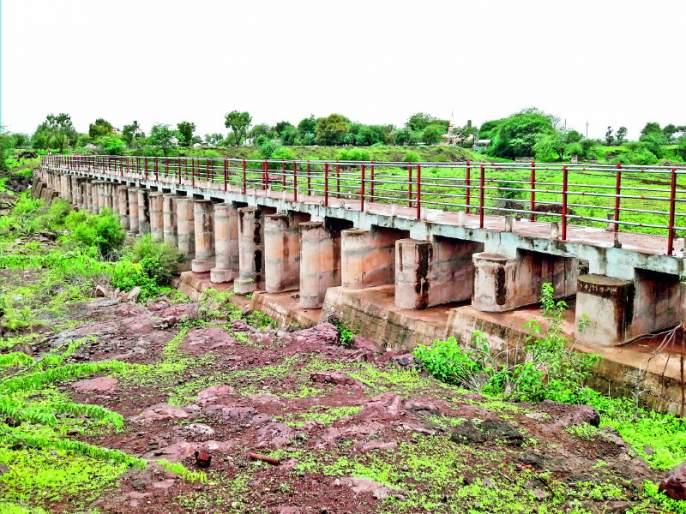 Four years drying up of the dam due to no rain | चार वर्षांपासून कऱ्हेचे बंधारे कोरडे : पावसाने फिरवली पाठ