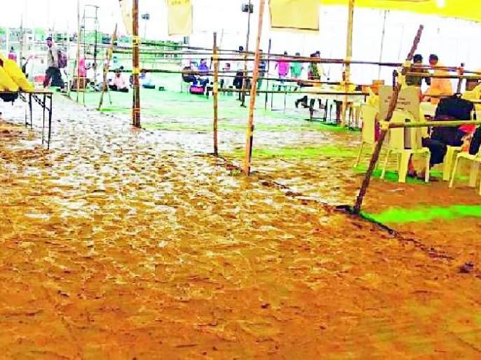 Maharashtra Election 2019 ; Mud empire at election materials allocation center | Maharashtra Election 2019 ; निवडणूक साहित्य वाटप केंद्रावर चिखलाचे साम्राज्य