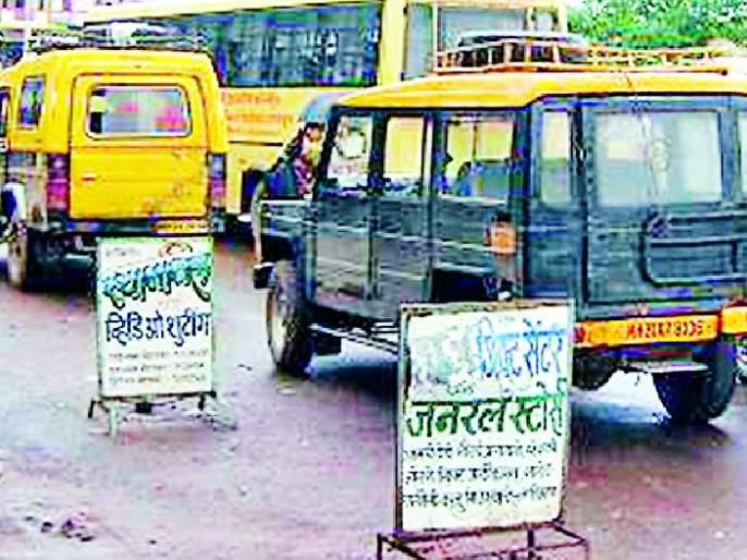 Who will stop the traffic? | अवैध वाहतुकीला लगाम लावणार कोण ?