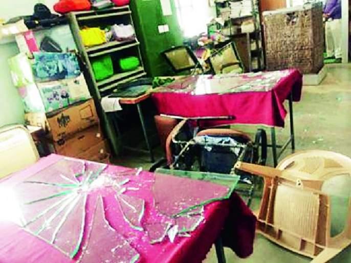 Vandalism at teacher's office | शिक्षकांची शिक्षणाधिकारी कार्यालयात तोडफोड