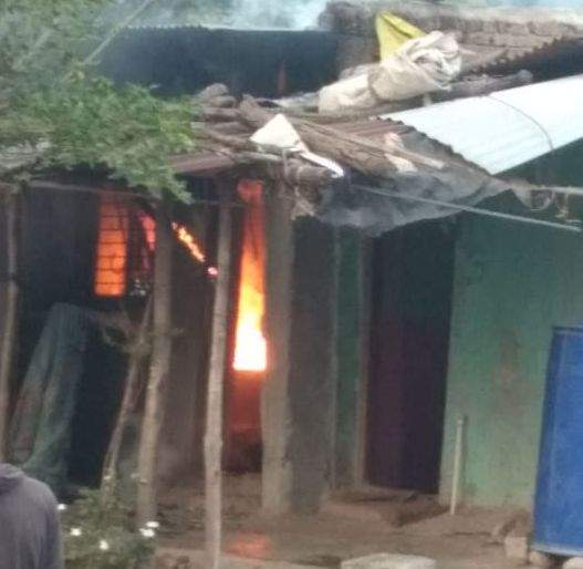 Police set fire to the young man's house after he molested her   पोलीस युवतीचा विनयभंग केल्याने युवकाचे घर पेटवले