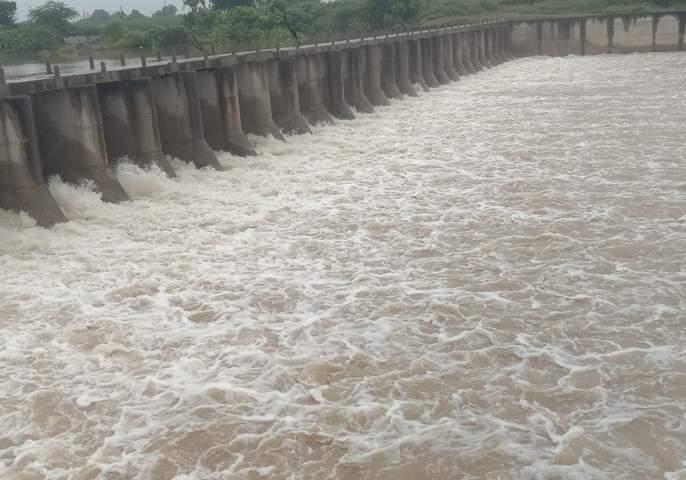 Discharge of water from Kedarkheda Kolhapuri Dam by 5 cusecs | केदारखेडा कोल्हापुरी बंधाऱ्यातून ५५०० क्युसेसने पाण्याचा विसर्ग