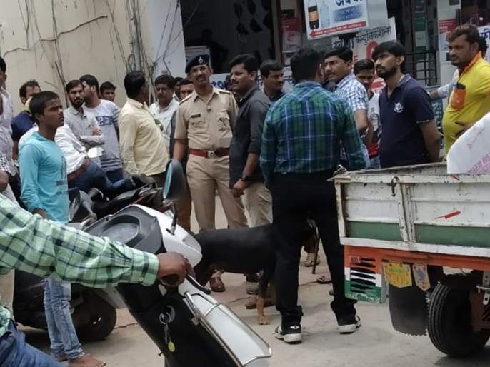 Thieves in three main markets | मुख्य बाजारपेठेतील तीन दुकानांवर चोरट्यांचा डल्ला