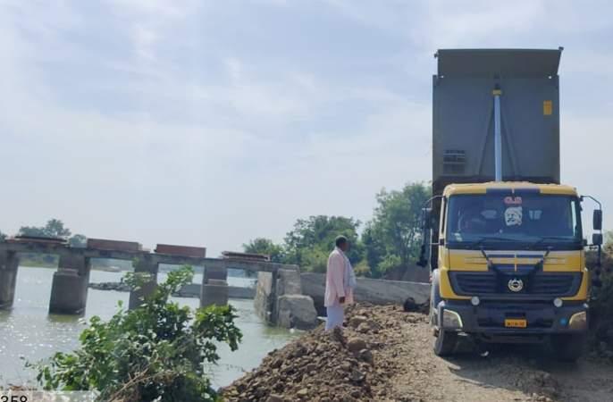 Rural villagers did the work of the dam at their own expense   तांदूळवाडी ग्रामस्थांनी स्वखर्चातून केले बंधाऱ्याचे काम
