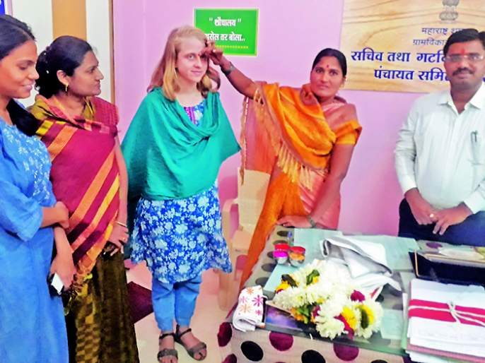 She reached Pandharpur directly from the US to learn about the functions of the Gram Panchayats | ग्रामपंचायतींचा कारभार जाणून घेण्यासाठी तिने गाठले अमेरिकेहून थेट पंढरपूर
