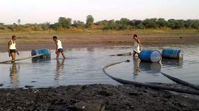 Parbhani: Villagers and animals along with animals and birds due to drying of the Godavari pater | परभणी: गोदावरीपात्र कोरडे पडल्याने पशु-पक्ष्यांसह ग्रामस्थांचीही परवड