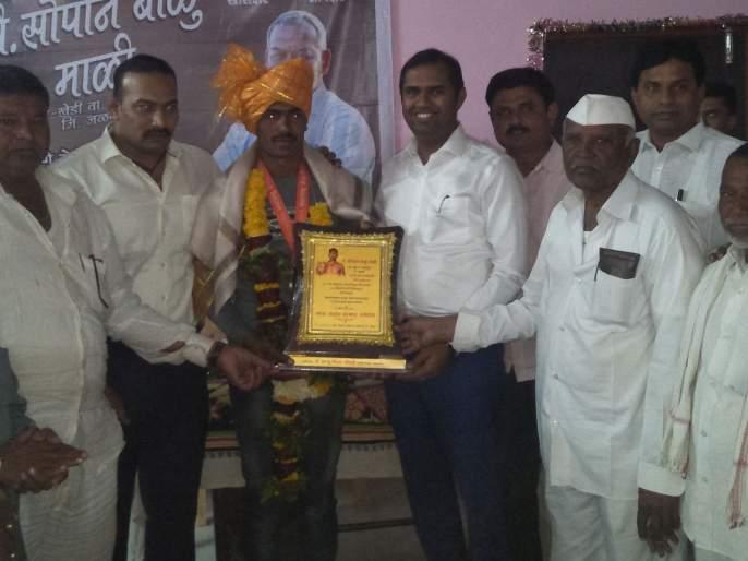 Saopan Mali, the winner of the 'Maharashtra Kesari' silver medal at Saigao   सायगाव येथे 'महाराष्ट्र केसरी' रौप्यपदक विजेता सोपान माळी यांचा सत्कार