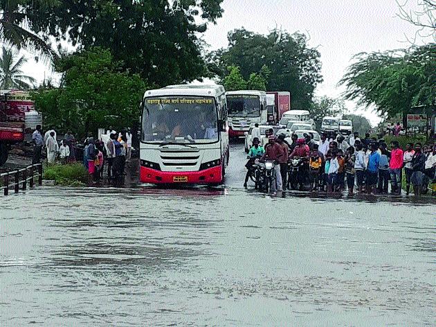 Flooding the Banganga River; Life is shattered ... | बाणगंगा नदीला पूर; जनजीवन विस्कळीत...
