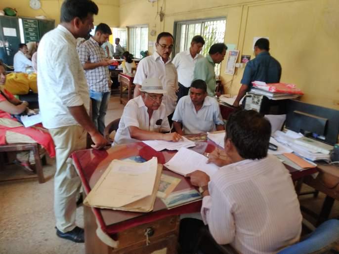 Fears of public against Kankavali land records office, fasting by Waingankar couple | कणकवली भूमिअभिलेख कार्यालयाविरोधात जनतेचा संताप, वायंगणकर दांपत्याने केले उपोषण