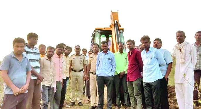 Finally, the road to Dhanora farmland was cleared in police settlement | अखेर पोलीस बंदोबस्तात धानोरा शेतशिवारातील रस्ता झाला मोकळा