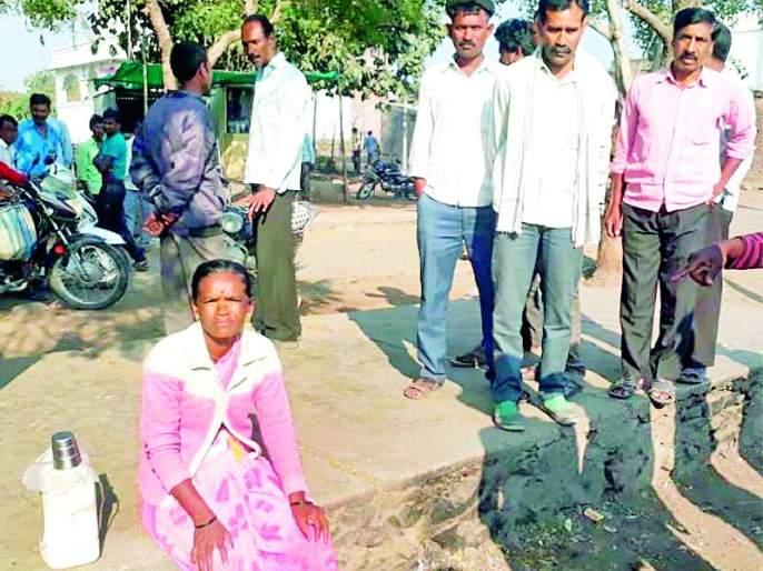Woman sells liquor at the outpost for liquor | वायफडच्या दारुबंदीसाठी महिलेने चौकातच विकली दारु