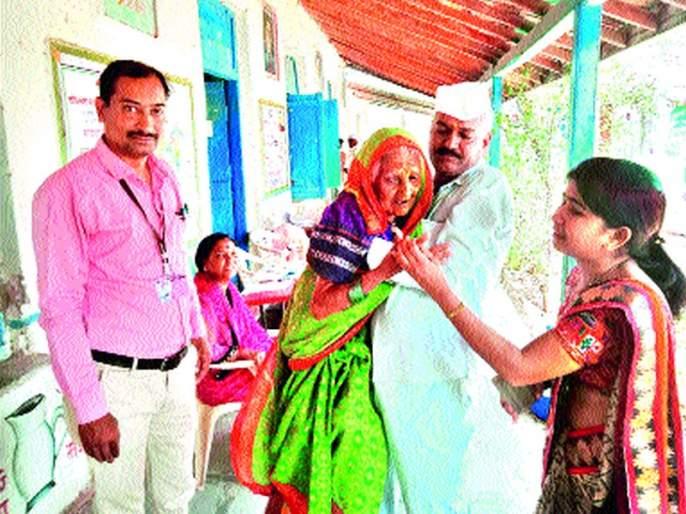 Age Shambhari crosses, voting enthusiasm is immense! | वय शंभरी पार, मतदानाचा उत्साह अपार!