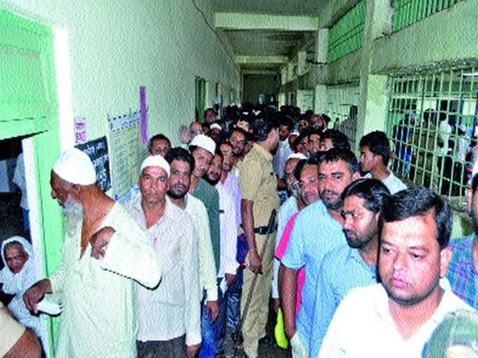 Afternoons queue in the middle of Malegaon | मालेगाव मध्यमध्ये दुपारनंतर लागल्या रांगा