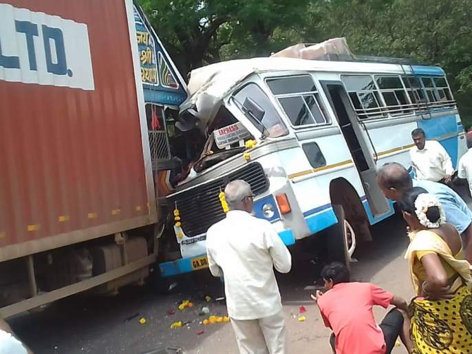 accident between passenger bus and container at goa. 9 passenger get injured | गोव्यात प्रवासी बस व कंटेनर ट्रक यांच्यात अपघात होउन 9 जखमी
