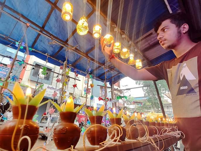 Lanterns, urns, lanterns for the decoration of Lord Ganesha | गणपती बाप्पांच्या सजावटीसाठी कंदील, कलश, लाईटच्या माळांचा प्रकाश