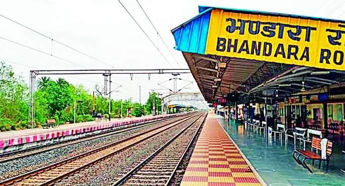 Don't travel by train, Baba; No one turned to cancel the ticket   रेल्वेप्रवास नको रे बाबा; तिकीट काढणे सोडा रद्द करायलाही कुणी फिरकेना