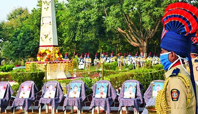 Vahili pays homage to the martyrs of the district   जिल्ह्यातील शहीदांना वाहिली आदरांजली