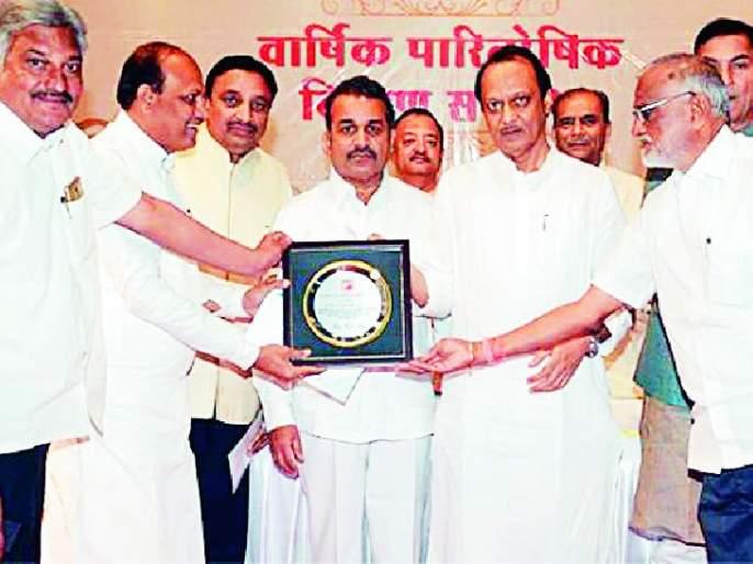Centennial Distribution Award to District Bank   जिल्हा बँकेला शतकोत्तर वाटचाल पुरस्कार