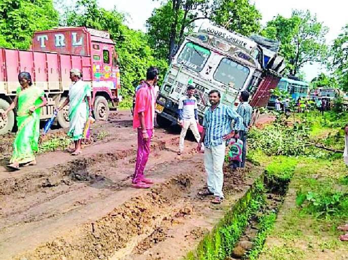 Traffic jam due to truck collision | ट्रक फसल्याने वाहतूक ठप्प