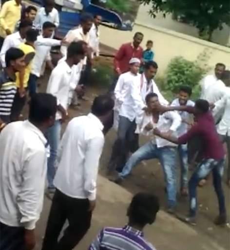 In Jamakhed, the two groups strike | जामखेडमध्ये दोन गटांमध्ये हमरातुमरी