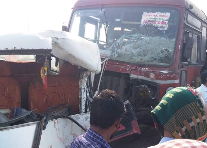Bus pickup strikes; Four injured, including driver | बसची पिकअपला धडक; चालकासह चार जण जखमी
