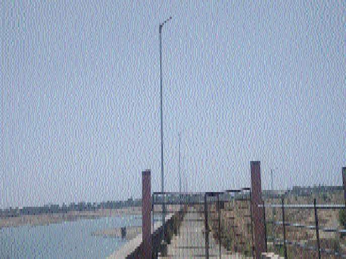 The street lights on the Majalgaon dam, the lamps closed on the gate   माजलगाव धरणावरील पथदिवे, गेटवरील दिवे बंद