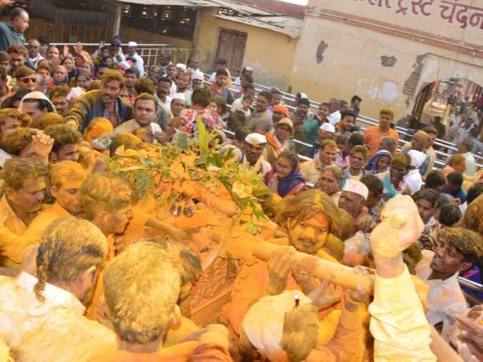 Yalokot Yelkot commemorates the launch of Chandanpuri Yatra | येळकोट येळकोटच्या जयघोषात चंदनपुरीच्या यात्रोत्सवास प्रारंभ