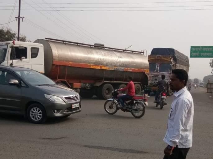 Heavy traffic makes the roundabout difficult | अवजड वाहतुकीने चौक ठरतो अवघड