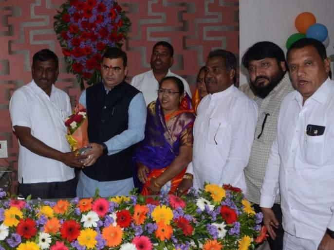 Dhule Zilla Parishad President Tushar Rande assumed office   धुळे जिल्हा परिषदेचे अध्यक्ष तुषार रंधे यांनी स्वीकारला पदभार