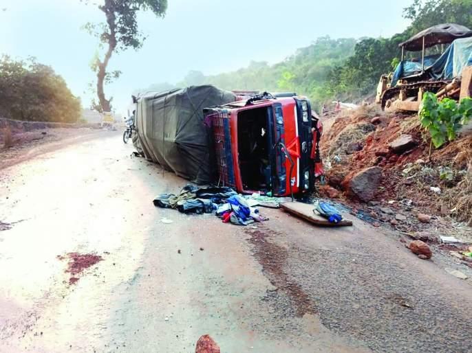 Driver dies after being crushed under tempo on Mumbai-Goa highway | मुंबई-गोवा महामार्गावर टेम्पोखाली चिरडून चालकाचा मृत्यू