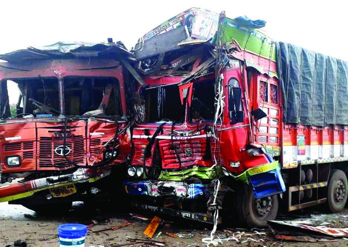 A collision between two trucks, near Kasarde-Jambulwadi | दोन ट्रकमध्ये भीषण धडक, कासार्डे-जांभुळवाडीजवळील घटना