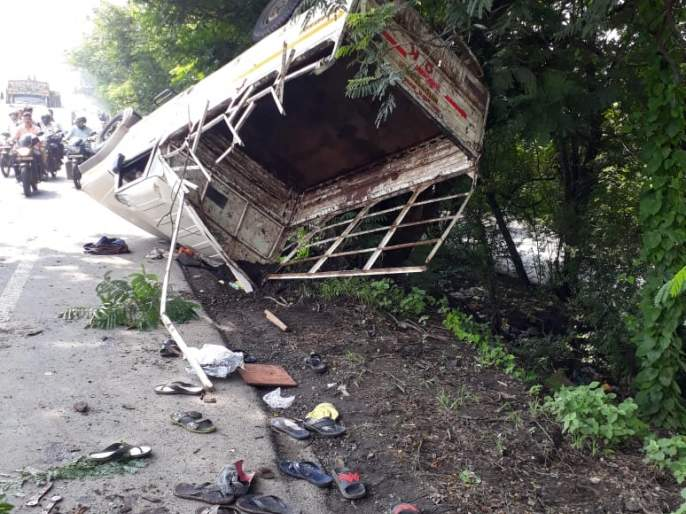 After the driver's uncontrol, tempo hit the tree: One killed, 19 injured   चालकाचे नियंत्रण सुटल्यामुळे झाडाला धडक बसून टेम्पो पलटी: एक ठार, १९ जखमी