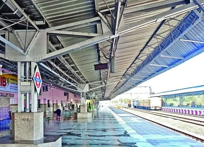 No passengers at Washim railway station due to fear of corona | रेल्वेप्रवास नको रे बाबा; वाशिम रेल्वेस्थानकात सर्वत्र शुकशुकाट