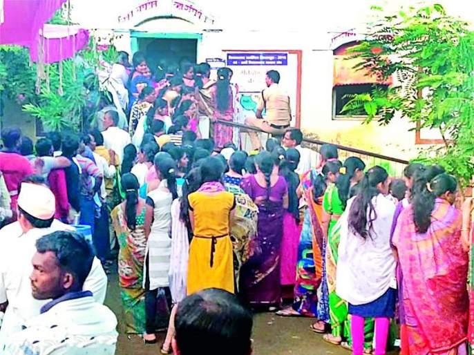 Maharashtra Election 2019 :Explosive bomb in the machine by the officer | Maharashtra Election 2019 : अधिकाऱ्याकडूनच मशीनमध्ये बिघाडीची बोंब