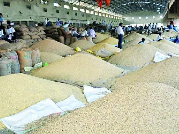 Blanket from the Market Committee for Local Farmers | मुक्कामी शेतकऱ्यांंना बाजार समितीकडून ब्लँकेट