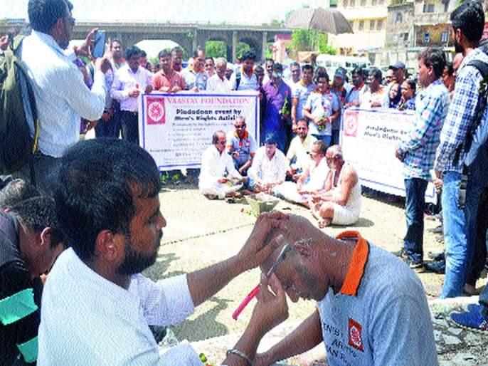 Shaved by men afflicted by wife   पत्नीपीडित पुरुषांनी केले मुंडण