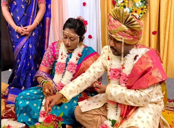 Disability caused by mobile live at a wedding in the US | अमेरिकेतील विवाहसोहळ्यात मोबाईल लाईव्हद्वारे पडल्या अक्षता