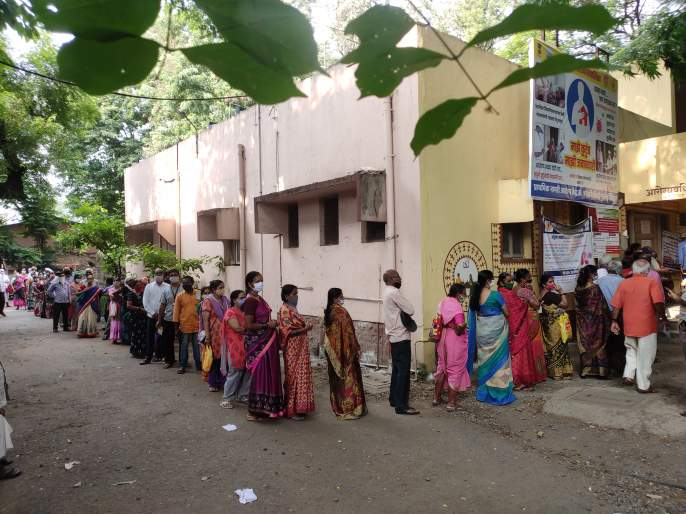 With the increase in the number of people coming at the same time, there is controversy everywhere | Corona vaccine-एकाचवेळी येणाऱ्यांची संख्या वाढल्याने सर्वत्र वादावादीच