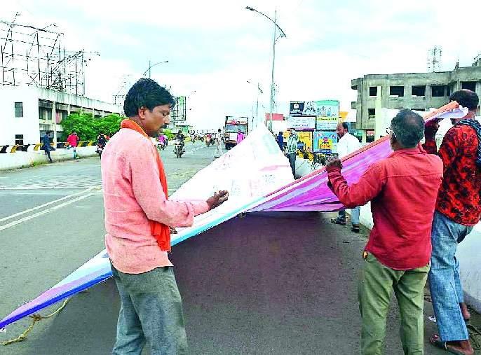 Political flakes, loud banners to delete banners   राजकीय फ्लेक्स, बॅनर हटविण्यास जोरात प्रारंभ