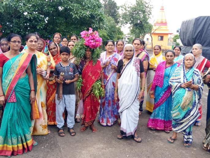 Enclose the women of the era in Devla | देवळा येथे महिलांचे वरूणराजाला साकडे