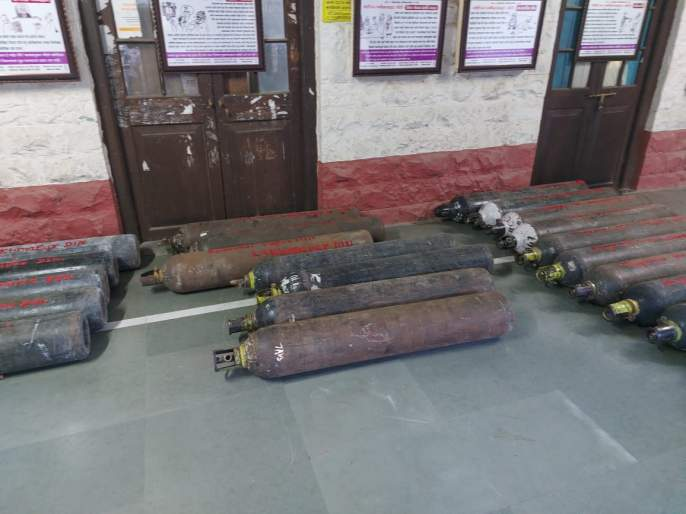 Entrepreneurs in Dindori donated 75 oxygen cylinders   दिंडोरीत उद्योजकांनी दिले 75 ऑक्सिजन सिलिंडर