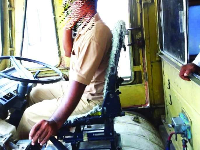 Traffic rules violation by ST Drivers | एसटीत वाहतूक नियमांची पायमल्ली