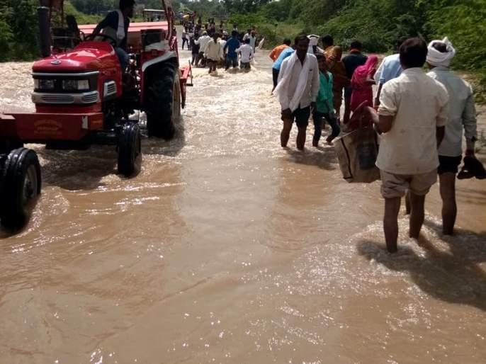 Parbhani: Seven villages lost contact with return rains | परभणी : परतीच्या पावसाने सात गावांचा तुटला संपर्क