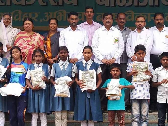 Distribute uniforms to needy students | गरजू विद्यार्थ्यांना गणवेश वाटप