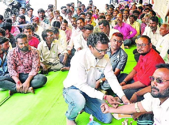 Blood donation against exploitation by cleaning workers   सफाई कामगारांनी केले शोषणाविरूद्ध रक्तदान